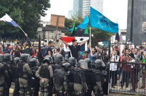 Los manifestantes se enfrentaron con unidades de control de multitudes de la Policía Nacional. Cortesía