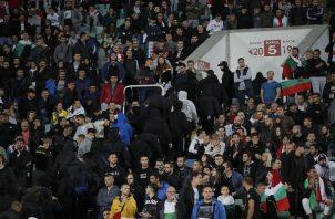 Aficionados son sacado del estadio por saludo nazi y racismo. Foto:AP