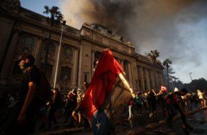 Manifestantes protestan en contra del Gobierno.