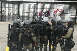 Agentes antidisturbios se enfrentan a manifestantes en la Asamblea Nacional. Foto: Víctor Arosemena.