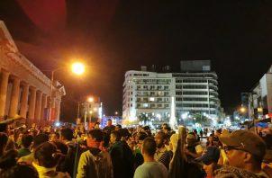 Los manifestantes lanzaban botellas y piedras; la policía respondía con gas pimienta y balas de goma. Foto: Panamá América.