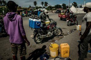 Escasez de gasolina empeora diariamente, uno de los muchos problemas que ya limitan la difícil vida en Haití. Foto/ Meridith Kohut para The New York Times.