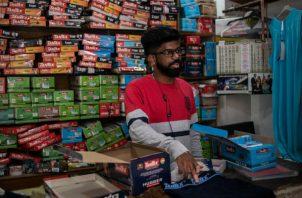 """Jeffrin Moses dijo que """"han caído 50 por ciento"""" las ventas de ropa interior en Tirupur, capital del vestido de India. Foto/ Rebecca Conway para The New York Times."""