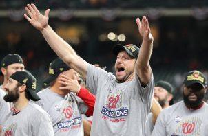 Jugadores de los Nacionales festejan. @MLB