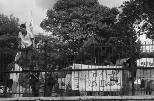 Protesta de estudiantes universitarios en los predios de la Asamblea de Diputados, el pasado lunes 28 de octubre, en rechazo a las reformas constitucionales. Foto: Víctor Arosemena. Foto: Epasa.