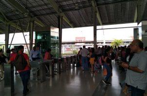 Miles de usuarios fueron afectados con la suspensión del servicio en la Línea 1 y 2 del metro.