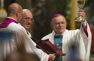 El Arzobispo Charles Chaput, de Filadelfia (der.), crítico de Francisco, se jubilará sin ser nombrado Cardenal. Foto/ Cj Gunther/EPA, vÍa Shutterstock.