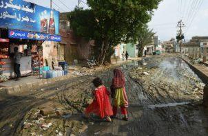 Lluvias intensas y drenaje obstruido de basura causaron inundaciones en calles de Karachi en agosto. La Ciudad ha sido calificada como una de las menos habitables. Foto/ Rizwan Tabassum/Agence France-Presse — Getty Images.
