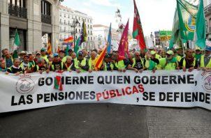 La preocupación central en el tema de las pensiones es que la población latinoamericana está envejeciendo a pasos agigantados .