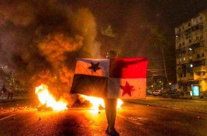 La Policía Nacional denunció que manifestantes les lanzaron fuegos artificiales. Foto: redes sociales.