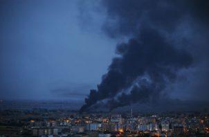 Ras al-Ain fue bombardeada por fuerzas turcas después de que EU anunció que retiraría sus tropas de Siria. Foto/ Lefteris Pitarakis/Associated Press.