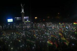 """Camacho manifestó que Evo Morales tiene ese periodo de tiempo para presentar su renuncia y que el lunes por la noche se volverán a congregar en ese mismo lugar para """"tomar determinaciones"""" y garantizar que el mandatario """"se vaya""""."""