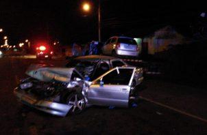 La colisión ocurrió a eso de las tres de la madrugada del 4 de noviembre, cuando la grúa -que transportaba un vehículo- y el sedán colisionaron de frente. Foto/Thays Domínguez