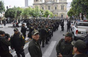 Un fuerte despliegue policial monta guardia, en torno a la plaza Murillo, donde tienen sus sedes el Gobierno y el Parlamento. FOTO/EFE