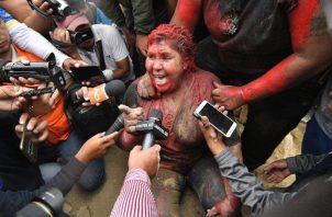 A la alcaldesa Patricia Arce la rociaron una pintura de color rojizo por el cuerpo y el cortaron en pelo en plena calle, entre un griterío de grupos de gente, muchos de ellos jóvenes, con palos y piedras. FOTO/EFE