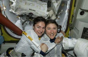Las astronautas Jessica Meir (izq.) y Christina Koch realizaron la primera caminata femenil en octubre. Foto/ NASA, vÍa Associated Press.