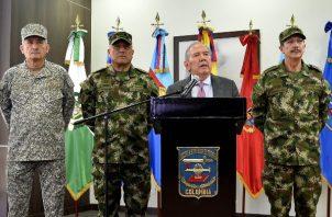 El Ministerio de Defensa  Guillermo Botero (2d), es acompañado por la cúpula militar, durante una rueda de prensa en Bogotá. Botero afirmó que todas las operaciones militares que se desarrollan en el país cumplen con el Derecho Internacional Humanitario (DIH), después de que se denunciara en el Senado un bombardeo en el que murieron ocho menores de edad. FOTO/EFE