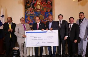 Última entrega de fondos a alcaldes y representantes. Foto de Twitter