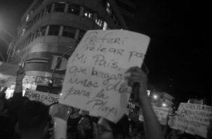 Protesta pacífica de la juventud en contra del paquete de reformas constitucionales. No puede esperarse una Constitución democrática si no se educa, informa y prepara al demos, al pueblo. Foto: Víctor Arosemena. Epasa.