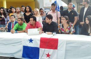 El grupo Las Juventudes Panameñas organizó una conferencia de prensa esta mañana para invitar a los jóvenes a protestar contra las reformas constitucionales. Foto Víctor Arosemana