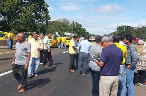 Los transportistas del sector selectivo cerraron las vías por varios minutos. Foto/Melquiades Vásquez