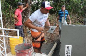 La comunidad prepara todo para las honras fúnebres de estos tres panameños. Foto/Melquiades Vásquez