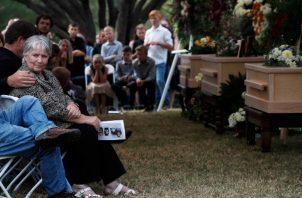 Las personas asisten al funeral de Dawna Ray Langford, de 43 años, y sus hijos Trevor, de 11 años, y Rogan, de 2, que fueron asesinados por pistoleros del cartel de la droga, en un cementerio familiar en La Mora. FOTO/AP