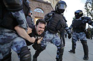 Fuerzas de seguridad rusas responden cruelmente a recientes protestas en el país. Una manifestación en julio. Foto/ Yuri Kochetkov/EPA, vÍa Shutterstock.