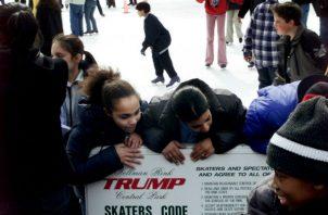 El Patinadero Wollman del Parque Central en el 2002, con el apellido Trump en los muros exteriores del patinadero. Foto/ Andrea Mohin/The New York Times.