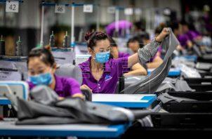 Las exportaciones de China denominadas en yuanes aumentaron un 2.1%, mientras que las importaciones se redujeron en un 3.5%. Foto/EFE