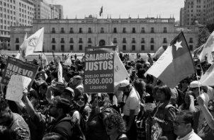 Los chilenos demandan mejoras en las pensiones, salarios, medicamentos, tarifas de servicios, mejoras estructurales en los sistemas privados y públicos de educación y salud. También, una nueva Constitución.Foto: AP: