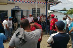 Pescadores artesanales protestan por cierre del antiguo muelle fiscal.