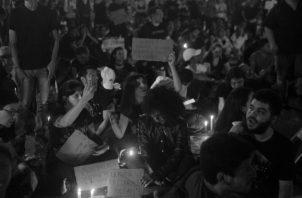 Estudiantes universitarios han participado en protestas pacíficas por lograr la revisión del paquete de reformas constitucionales que se discutía en la Asamblea Nacional. Foto: Víctor Arosemena.