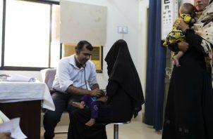 Doctores y paramédicos en Ratodero, Pakistán, luchan para aplicar pruebas a residentes, sobre todo niños, que pueden haber sido infectados con vih. Foto/ Mustafa Hussain para The New York Times.