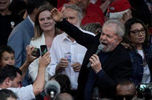 Luiz Lula da Silva, quien gobernó el gigante suramericano entre 2003 y 2010, dejó este viernes la sede de la Policía Federal de Curitiba, capital del estado de Paraná (sur). FOTO/AP