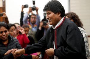 Antes de que Morales terminara su declaración, en La Paz y en otras ciudades se escucharon bocinazos, la gente salía a festejar a la calle con banderas bolivianas y hacía reventar pirotecnia.