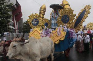Las carretas, transportando hermosas empolleradas, no faltaron en el desfile que organizó la Unión de Santeños Residentes en Juan Díaz. Víctor Arosemena