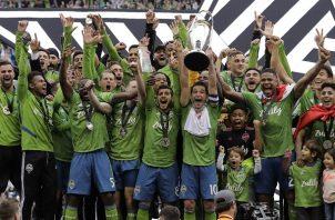 Román Torres al lado de la copa festeja su título. Foto:AP