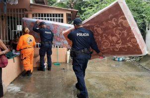 Unidades del Sinaproc, con apoyo de la Policía Nacional, entregó colchones a los afectados de las inundaciones en Panamá Viejo. Foto @Sinaproc_Panama