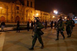 Las Fuerzas Armadas patrullan las calles junto con la policía con el fin de controlar las manifestaciones y saqueos que se generaron en el país luego de la renuncia de Evo Morales. FOTO/AP