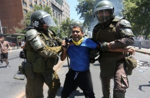 Varias manifestantes fueron detenidos durante otra jornada de protestas en Chile. FOTO/EFE