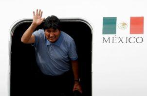 El ex presidente boliviano Evo Morales saluda su llegada a la Ciudad de México. FOTO/AP