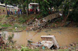 Ya se procedió a remover los restos del puente del cauce del río. Foto: Eric A. Montenegro.