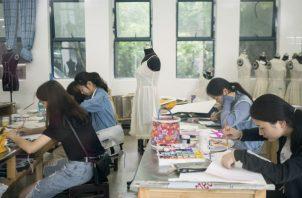 Alumnos de la Universidad Normal de Chongqing. La dirección acusó a maestro de dañar la reputación de China. Foto/ Giulia Marchi para The New York Times.