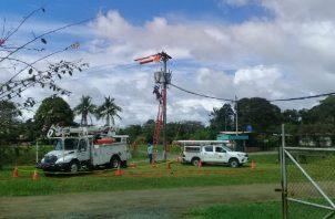 Técnicos trabajando para subsanar el daño eléctrico. Foto: José Vásquez.