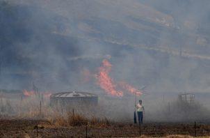 Los residentes combaten un incendio de hierba en el área de Hillville, cerca de Taree, Nueva Gales del Sur, Australia. Hillville ha sido diezmado por los incendios forestales durante más de cuatro días y la propiedad sigue amenazada después de los incendios catastróficos. FOTO/AP