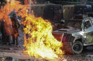 Según el general Enrique Monrás, unos 340 carabineros resultaron heridos y fueron atacadas 19 comisarías policiales el martes y la madrugada de este miércoles. FOTO/AP