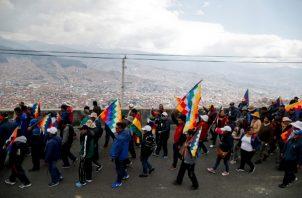 Los partidarios del ex presidente Evo Morales marchan en El Alto, en las afueras de La Paz, Bolivia. FOTO/AP