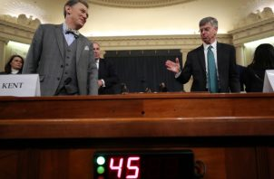 El principal diplomático estadounidense en Ucrania, William Taylor, a la derecha, y el oficial de carrera del Servicio Exterior George Kent, regresan de un descanso mientras testifican ante el Comité de Inteligencia de la Cámara en Capitol Hill en Washington. FOTO/AP