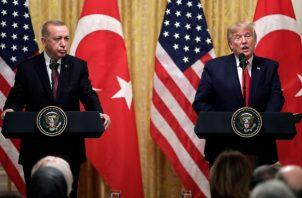 El presidente Donald Trump a tendió al presidente turco Recep Tayyip Erdogan. FOTO/AP